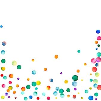 白い背景の上の水彩紙吹雪。実際の虹色のドット。幸せなお祝いの正方形のカラフルな明るいカード。可愛らしい手描きの紙吹雪。