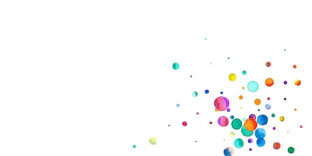 白い背景の上の水彩紙吹雪。生きている虹色のドット。幸せなお祝いワイドカラフルな明るいカード。大胆な手描きの紙吹雪。