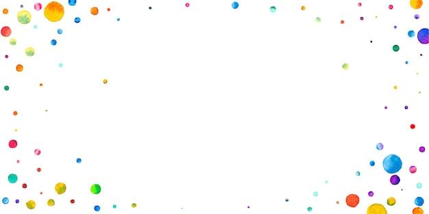 白い背景の上の水彩紙吹雪。魅惑的な虹色のドット。幸せなお祝いワイドカラフルな明るいカード。トレンドの手描きの紙吹雪。