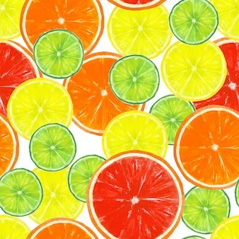 白い表面にレモン、ライム、オレンジ、グレープフルーツのスライスと水彩の手描きのシームレスなパターン