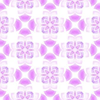 タイルの境界線を繰り返す水彩画の絣。紫の素晴らしい自由奔放に生きるシックな夏のデザイン。テキスタイルレディの魅力的なプリント、水着生地、壁紙、ラッピング。イカット繰り返し水着デザイン。