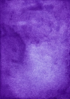 水彩の古い濃い紫色の背景のテクスチャ。アクワレルバイオレットの背景、紙の汚れ。ヴィンテージの芸術的なオーバーレイ。