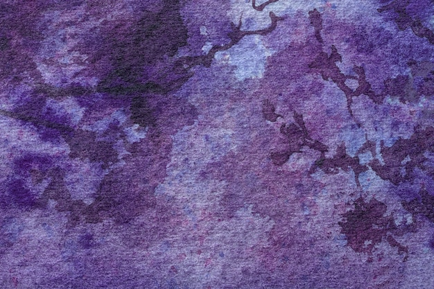 어두운 자주색 얼룩과 그라디언트 캔버스에 수채화 그림