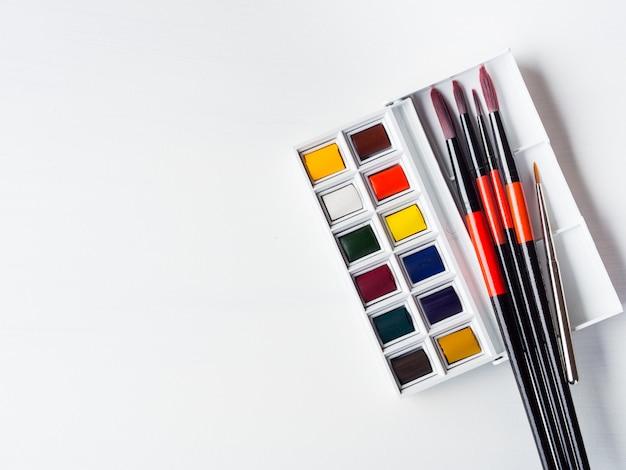 水彩絵の具やブラシ。平らに置きます。コピースペース