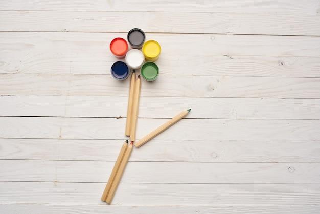 花の形をした水彩絵の具と鉛筆