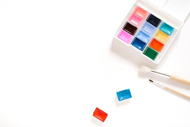 溝やボックスと白の都市の水彩絵の具