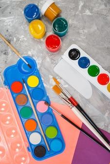 文房具店のテーブルに水彩絵の具