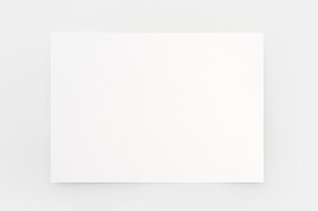 Предпосылка текстуры акварельной бумаги с путем клиппирования. лист белой бумаги с рваными краями, изолированные на сером. художественная бумага с текстурой высокого качества в высоком разрешении.