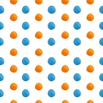 グラデーションオレンジとブルーの水彩水玉絵は白のシームレスなパターンで発見されました。