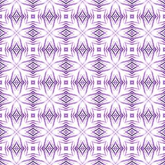 水彩の夏のエスニックボーダーパターン。紫の立派な自由奔放に生きるシックな夏のデザイン。エスニック手描きパターン。テキスタイルレディの魅力的なプリント、水着生地、壁紙、ラッピング。