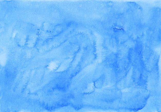 Акварель водянистый светло голубой фон живописи. ручная роспись акварель фоновой текстуры. небесно-голубые пятна на бумаге.