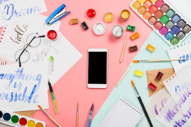 Акварели, кисти, стаканы, кисти, краски для смартфонов и другие канцелярские и художественные принадлежности