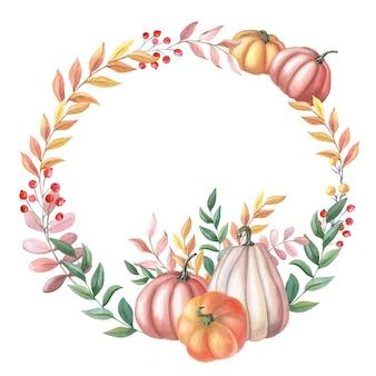 カボチャ、葉、白い背景の上の赤いベリーと水彩花輪。フレーム
