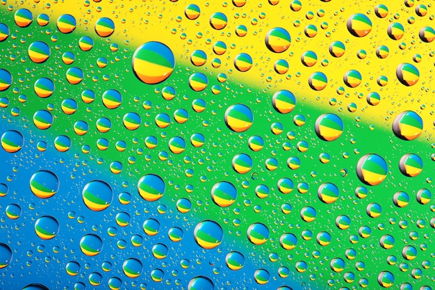 파란색, 노란색 및 녹색 색상에 물방울 배경