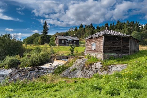ロシアのカレリア共和国のソスクア村にある古い放棄された発電所の滝。