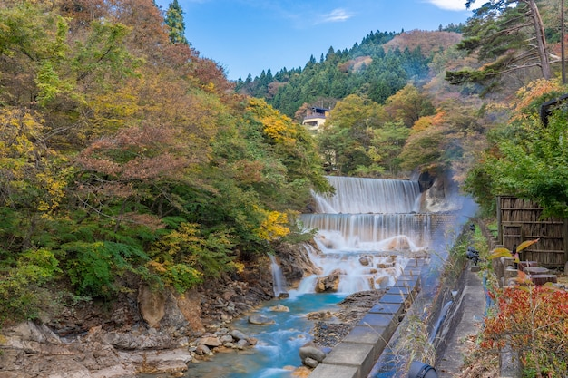 福島県東北地方の美しい秋の土湯温泉の滝(落ち葉)