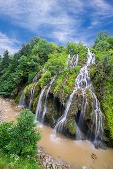 Красивый водопад (водопад кузалан) в провинции карадениз. гиресун - турция
