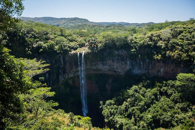 Водопад впадает в кратер вулкана на маврикии. национальный парк чамарель.