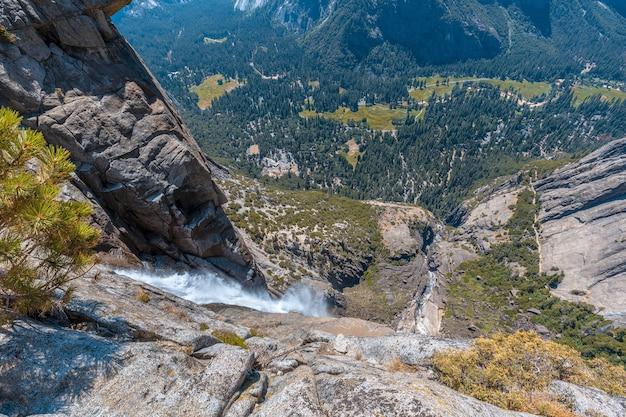 アメリカ合衆国、ヨセミテ国立公園の崖を下る滝