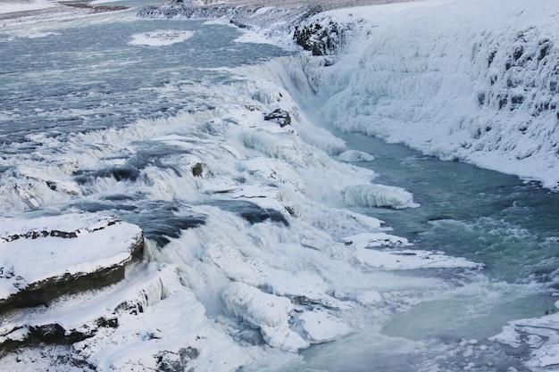 Cascata di gullfoss in islanda, europa circondata da ghiaccio e neve