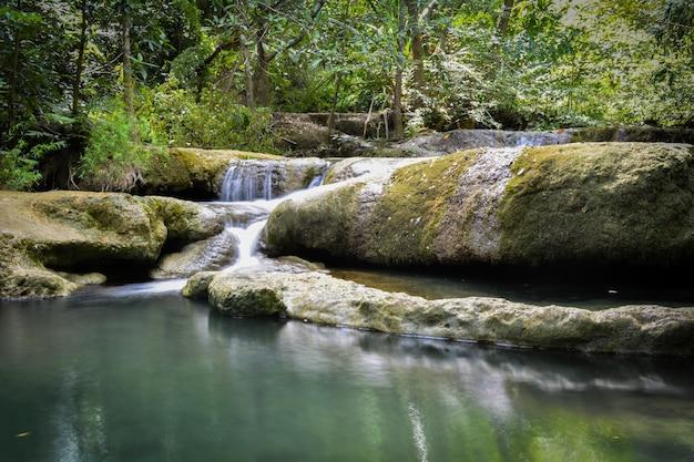 カンチャナブリ県アジア南東アジアタイの熱帯のジャングル(エラワン滝)に隠された滝