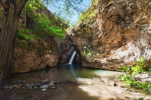 Водопад в горном ущелье