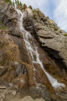 アルタイ山脈の滝。美しい自然の風景人気のある観光名所。
