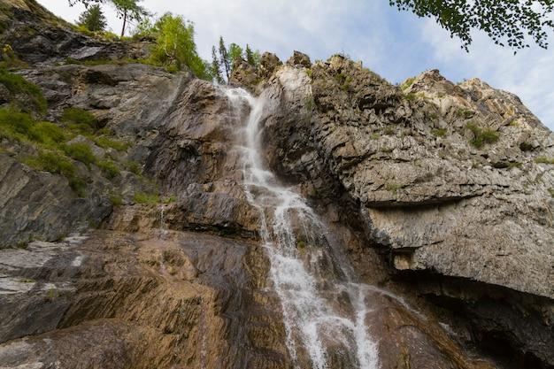 アルタイ山脈の滝。美しい自然の風景