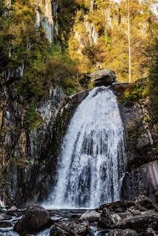 秋の山の森の滝ロシアアルタイコルブの滝