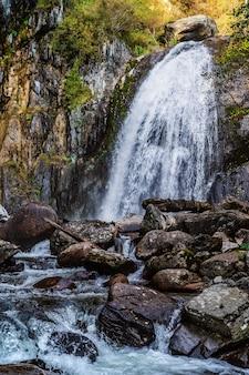 秋の山の森の滝ロシアアルタイ共和国トゥロチャクスキー地区コルブ滝