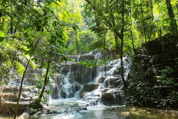 Водопад в джунглях, мексика