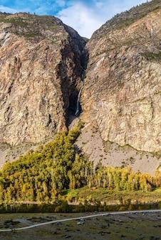 산 협곡에 있는 폭포. karasu 강이 chulyshman 강으로 합류합니다. 알타이, 러시아