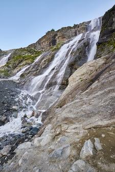 코카서스 산맥의 폭포, 녹는 빙하 능선 arkhyz, sofia 폭포. 러시아의 아름다운 높은 산, 순수한 얼음 물의 강. 산속의 여름, 하이킹