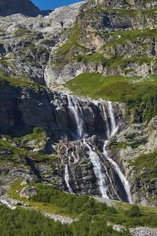 Водопад в горах кавказа, тающий ледниковый хребет архыз, софийские водопады. красивые высокие горы россии