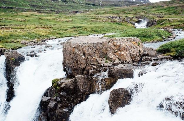 草原の真ん中に滝