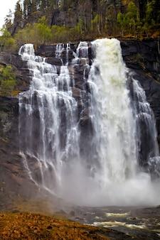 山の滝:流れと水しぶき、ノルウェー