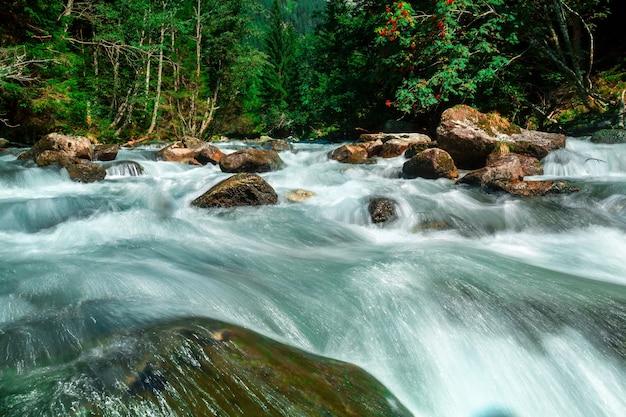 Водопад в горах в национальном парке высокий тауэрн в австрии.
