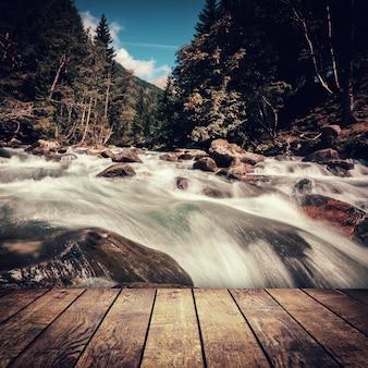 オーストリアのホーエタウエルン国立公園の山の滝。