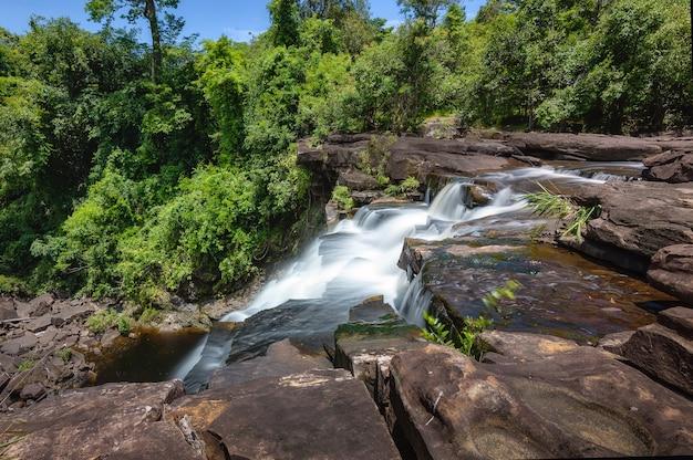 カオヤイ国立公園の熱帯林の滝タイヘウeum滝は滝です