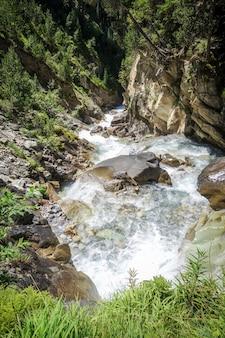 Водопад в национальном парке вануаз, савойя, французские альпы