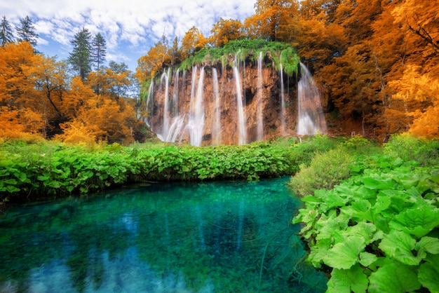 プリトヴィチェ湖群クロアチアの滝風景。