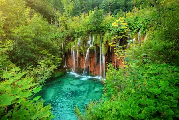 プリトヴィチェ湖群クロアチアの滝風景