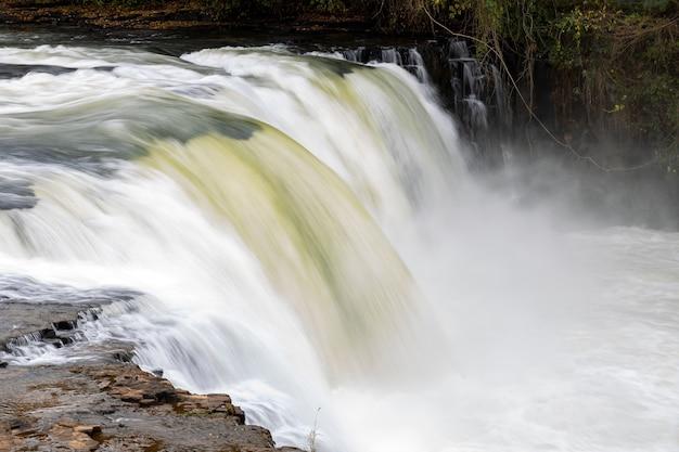 Водопад реки апоре прыжок в бразильском городе кассиландия