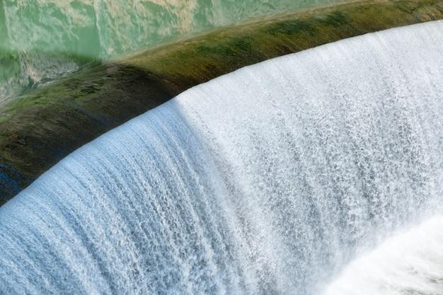Водопад на большой плотине с падающей водой