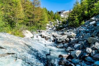 водопад на горе в Церматте, Швейцария.