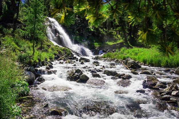 Водопад на реке в алтайском крае, сибирь, россия
