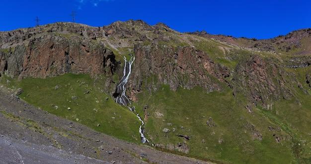 ロシアのコーカサス山脈の岩だらけの斜面にある滝