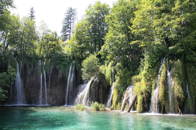 폭포, 플리트 비체 호수, 크로아티아, 유럽. 녹색 식물의 연못과 폭포