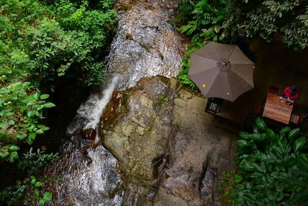 Водопад ручьи на природе в саду деревни мае кампонг в таиланде