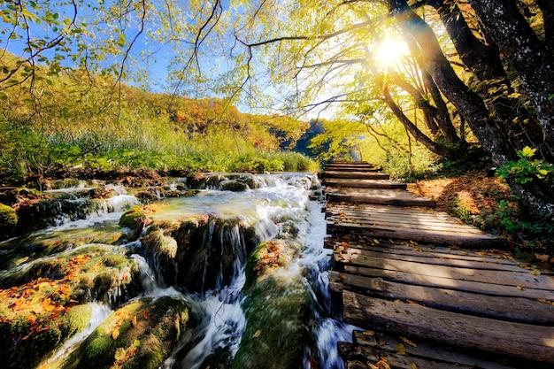 プリトヴィチェ国立公園の日差しの中で滝とポンツーン